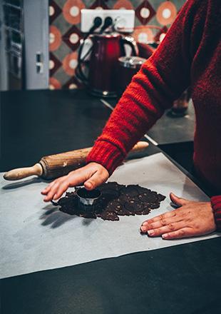 Photo de Léa préparant un dessert